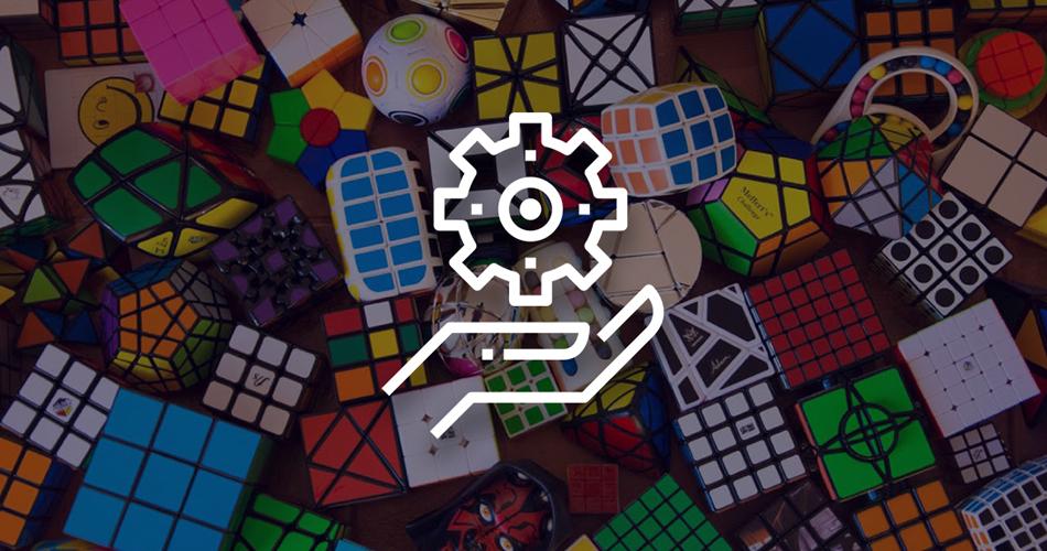 Imagen de una rueda encima de una mano con un fondo de cubos de Rubik simbolizando la moldeabilidad de la programación orientada a objetos
